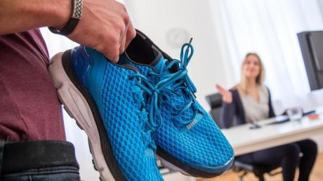 Manchmal reicht ein kleiner Stupser: Wer sich die Laufschuhe schon bereit gelegt hat, setzt die geplante Jogging-Runde eher in die Tat um.