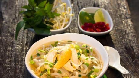Statt mit Rindfleisch gibt es die Suppe auch mit Hühnchen - bekannt als Pho Ga.