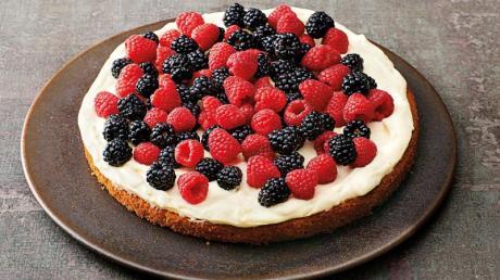 Damit die Beeren keinen Saft verlieren, gibt es einen einfachen Trick: Auf den ausgekühlten Tortenboden kommt eine Pudding-Schicht.