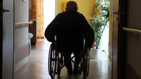 Laut Zahlen aus dem Jahr 2019 war etwa ein Drittel der Schwerbehinderten 75 Jahre und älter. In den meisten Fällen wurde die Behinderung durch Krankheit verursacht.