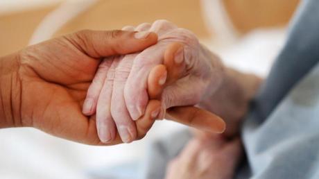 Die soeben verabschiedete Reform der Intensivpflege sieht u.a. vor, verbindliche Qualitätsvorgaben für die Intensivpflege zu Hause festzuschreiben.