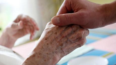 Pflegebedürftige müssen für einen Heimplatz tiefer in die eigene Tasche greifen.