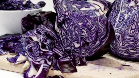 Rotkohl schmeckt auch als Salat. Knetet man die Streifen leicht durch, bricht das die Strukturen auf und macht sie bekömmlicher.