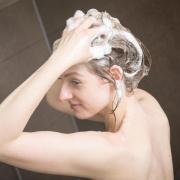 Beim Duschen während des Einseifens das Wasser abzustellen, hilft beim Energiesparen.