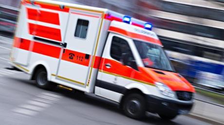 Ein Bauarbeiter stürzt auf einer Baustelle in Megesheim in die Tiefe. Er muss im Krankenhaus behandelt werden.