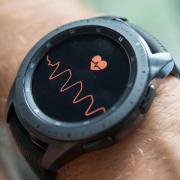 Herzschlag im Blick: Eine Smartwatch setzte einen Notruf ab, der Rettungsdienst kam rechtzeitig.