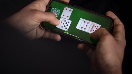 Das nächste Spiel ist auf dem Smartphone nur wenige Fingertipper entfernt und kann Abhängige schnell in Versuchung führen.