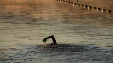 Die Deutsche Lebens-Rettungs-Gesellschaft DLRG warnt davor, allein schwimmen zu gehen. Denn es könne immer zu einem Notfall kommen.