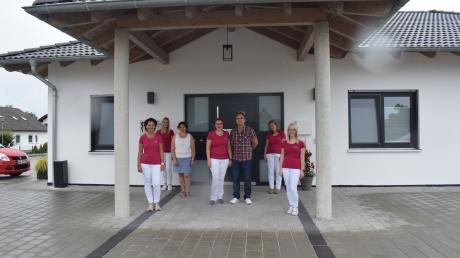 Das Team der Praxis Dr. Stefan vor dem Neubau in Mörslingen. Für die Patienten ändert sich nach dem Umzug außer dem Ort nicht viel, Telefonnummer und Sprechstunden-Zeiten bleiben gleich.