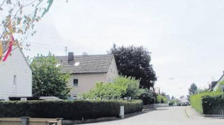 Idyllisch mit Maibaum präsentiert sich das Wohngebiet in Bubesheim rund um den Wasserburger Weg und die Prälat-Kaiser-Straße. Richtig schlecht schaut es dagegen unter der Straßendecke im Kanalsystem aus, umfangreiche Sanierungen werden nötig sein.