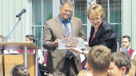 Architekt Martin Brenner (Günzburg) und die Leiterin des neuen Kinderhauses St. Anna in Bubesheim überreichten den Mädchen und Buben der Einrichtung bei der Einweihungsfeier süße Keksschlüssel.