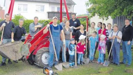 Eltern und Altgemeinderäte haben dem Spielplatz des Glöttwenger Kindergartens einen neuen Schliff verpasst.