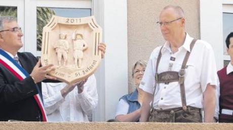 Bürgermeister Walter Sauter (Zweiter von rechts) mit seinem französischen Amtskollegen Paul Boudaud beim Austausch eines Gastgeschenks in Frankreich.