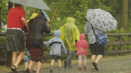 Schwere Gewitterschauer ziehen über Leipheim hinweg. Das Unwetter erwischte die Gäste des 194. Kinderfestes auf dem Festplatz an der Donau oder auf dem Heimweg von dort.