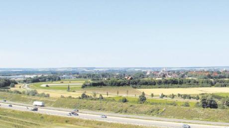 Vorne die Autobahn A8, dahinter die Kreisstraße GZ 4 zwischen Leipheim und Bubesheim und die militärische Start- und Landebahn als künftige Südumfahrung von Leipheim beschäftigen den Bubesheimer Gemeinderat. Vor allem die geplante Anbindung von der GZ 4 an die Startbahn in der linken Bildmitte gab Anlass für Bedenken.