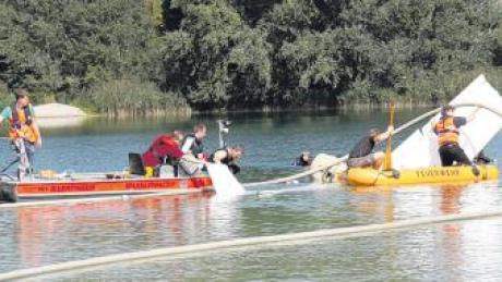 Ein Leichtflugzeug ist am Samstag in einen Badesee bei Sinningen (Kreis Biberach) gestürzt. Ein 27-Jähriger aus dem Kreis Günzburg wurde dabei ebenso wie der Pilot lebensgefährlich verletzt. Er starb wenige Stunden später.