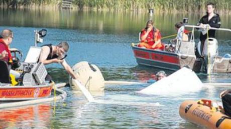 Ein Leichtflugzeug ist am Samstagmittag in einen Badesee bei Sinningen (Kreis Biberach) gestürzt. Ein 27-Jähriger aus dem Raum Ichenhausen wurde dabei so schwer verletzt, dass er wenig später starb.