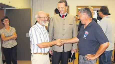 Horst Zeiser (links) und Josef Geiger (rechts), die Initiatoren des Pro-Kraftwerk-Bürgerentscheids, freuen sich mit Dr. Carl Caspar Jürgens (Mitte), dem Berater der Stadtwerke, über das aus ihrer Sicht positive Ergebnis.