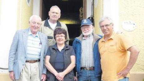 Zu Besuch in der Heimat ihrer Vorfahren waren (von links) Leo Rau, Howard Rau und Gilbert Rau. Das Wirtsehepaar Irmgard Fink (Mitte) und Georg Fink (rechts) gingen mit ihnen auf Spurensuche.