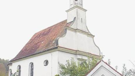 """Die Kirche St. Oswald in Glöttweng mit dem Bildstock """"Zur schmerzhaften Muttergottes""""."""