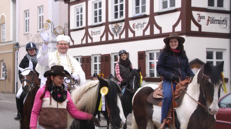 Ichenhausens Pfarrer Pater Jonas hatte ebenfalls ein Pferd bestiegen.