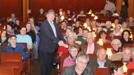 """Edwin Kraus inmitten des Publikums bei der Vorstellung seines Films """"Power to Change"""" in Offingen."""