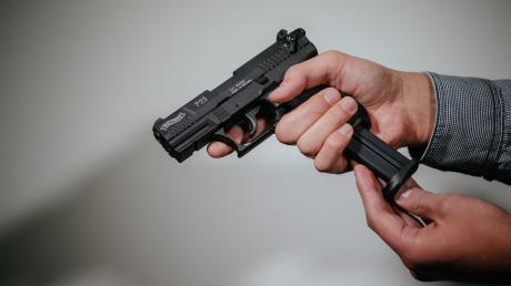 Ein 19-Jähriger hat mehrfach mit einer Schreckschusswaffe geschossen.