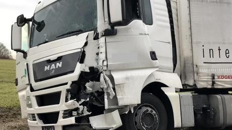 Nach der Ruhepause zweier Lkw-Fahrer auf einem Parkplatz an der B10 hat es gekracht: An den Fahrzeugen entstand nach Polizeiangaben ein Schaden von etwa 13500 Euro.