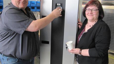 Markus und Andrea Eberle vor einem Papierbecherautomaten.