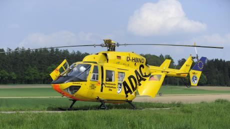 Mit einem Rettungshubschrauber ist ein schwer verletzter Motorradfahrer in eine Klinik geflogen worden.
