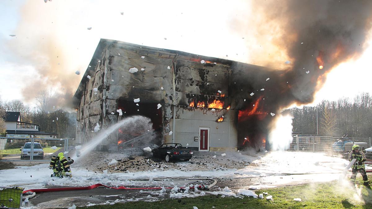 lagerhalle und werkstatt in g nzburg geht in flammen auf nachrichten g nzburg augsburger. Black Bedroom Furniture Sets. Home Design Ideas