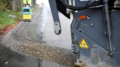 Erst seit wenigen Wochen ist der Scherisberg in Günzburg wieder für den Verkehr freigegeben. Nach der Sanierung der Kanalrohre wurde die Straße perfekt wiederhergestellt. Nun wird der obere Bereich wieder zur Baustelle: Vodafone lässt Glasfaserkabel verlegen, um die Behörden an der Ichenhauserstraße besser an das Digitalnetz anzubinden.