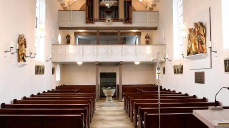 Die Kirche Maria Immaculata in Oberwaldbach ist kaum mehr wiederzuerkennen.Der Taufstein (Bildmitte) ist jetzt nicht mehr versteckt, sondern stehtzentral im Hauptschiff.