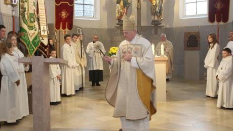 In einem festlichen Pontifikalamt segnete Weihbischof Anton Losinger am Sonntag den neugestalteten Ambo wie auch den Taufstein in der nun renovierten Pfarrkirche Maria Immaculata in Oberwaldbach. Hinten rechts: Pfarrer Monsignore Wolfgang Miehle.