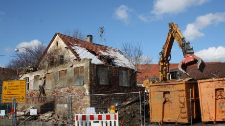 Der Abrissbagger ist da. Übrig bleibt ein Haufen Schutt. Hier stand einst das florierende Gasthaus Adler in Langenhaslach. Zuletzt präsentierte es sich als dahinsiechendes sanierungsbedürftiges Baudenkmal.