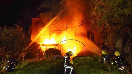Lichterloh brannte im Juli vergangenen Jahres ein Wohnhaus in der Babenhauser Straße in Krumbach. 364 Mal brannte es 2017 im gesamten Landkreis – im Schnitt fast jeden Tag ein Feuer. (Archivfoto)