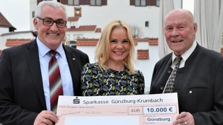 Alexandra Holland nahm von Ferdinand Munk (links), Präsident des Lions Clubs Günzburg, und Schatzmeister Gerhard Rössler eine Spende von 10 000 Euro aus dem Erlös des Lions-Adventskalenders 2017 entgegen.