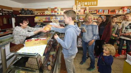 Wenn die Schule zu Ende ist, stehen die Schüler des St.-Thomas-Gymnasiums im Lebensmittelgeschäft Kircher in Wettenhausen nach Leberkässemmeln Schlange.