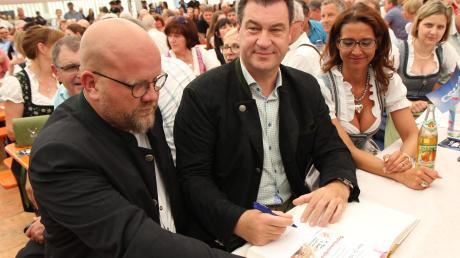 Ministerpräsident Markus Söder beim Eintrag in das Buch der Gemeinde Bibertal.