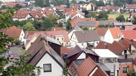 Die Dächer im Landkreis bieten ein riesiges Potenzial für Solaranlagen. Doch nur relativ wenig wird dies genutzt. Nachdem die Preise für Solarmodule gesunken sind, ist es deutlich günstiger den Strom vom eigenen Dach zu verbrauchen, als den Strom aus dem Netz zu beziehen.