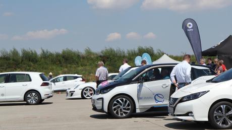 Eine weiße Flotte an Elektrofahrzeugen der unterschiedlichsten Autobauer stand für Testfahrten bereit. Viele nutzten das Angebot und drückten das Gaspedal auf der ehemaligen Rollbahn bis zum Anschlag durch.