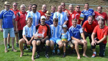 Die Sieger des Elferturniers: AH-Team (blau/weiße Trikots) mit Micheler-Trupp (2.) und Ü40-Team (3.), Karl Ruder und Clemens Geiger.