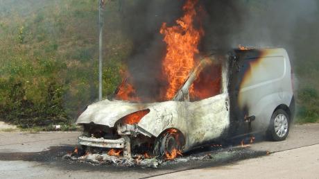 Dieser Wagen brannte bei Limbach an der A8 aus.