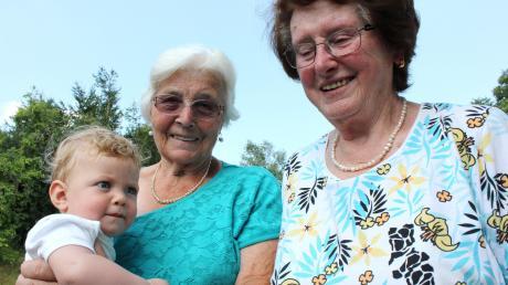 Das ist ein Treffen der Rekorde: Der jüngste Bürger des Ortes ist mit gut sieben Monaten Julius Thomma. Da haben Rosa Untersehr und Melda Schiller (rechts) ein wenig mehr Lebenserfahrung. Die beiden Frauen feiern am selben Tag im November ihren 84. Geburtstag. Älter ist in Reifertsweiler niemand.