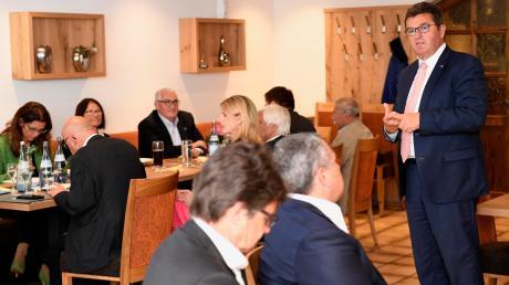 Wirtschaftsminister Franz Josef Pschierer (CSU, rechts im Bild) erläutert beim Unternehmergespräch im Gasthof Sonne in Röfingen, für was die CSU steht und was sie vorhat.