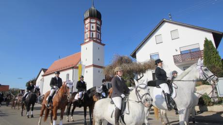 Vorbei an der Kirche St. Leonhard: Der Reit- und Fahrverein Jettingen, der mit der Musikkapelle Röfingen den Leonhardiritt anführte.