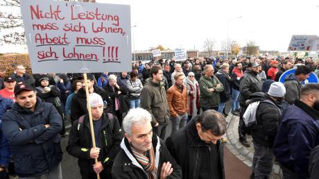 """Beschäftigte der Metallwarenfabrik Wanzl in Leipheim demonstrierten am Donnerstag mit einer """"Aktiven Mittagspause"""" vor Werk 4 für den Abschluss eines Tarifvertrags für alle Arbeitnehmer. Dafür kämpft die Gewerkschaft IG Metall seit etlichen Jahren."""