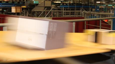 Eine Lauingerin ist offenbar einem Betrüger aufgesessen – als sie das bemerkte, wollte sie das Paket mit der Spielkonsole ihres Sohnes auf dem Weg ins Günzburger Frachtzentrum noch stoppen. Doch das sei leider nicht möglich, erfuhr die Frau.