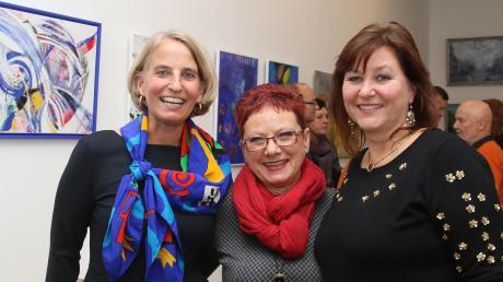 Off-Art-Friday in der Burgauer Galerie Groß bei der Ausstellungseröffnung: (von links) Off Art-Vorsitzende Karen Steifensand mit Riki Groß und Stellvertreterin Susanne Pögl-Aßfalg.