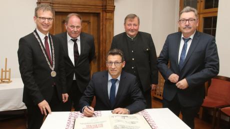 Nach der Ehrung trugen sich die vier neuern Ehrenringträger in das Goldene Buch der Stadt Ichenhausen ein. Das Foto zeigt (von links) Bürgermeister Robert Strobel, Robert Geiger, Erwin Kehrle, Rudolf Feuchtmayr und Artur Kehrle.